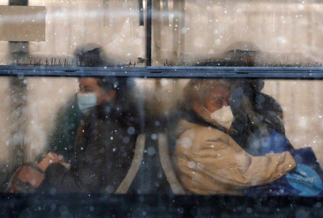 巴爾乾地區的降雪和大雨造成洪水,交通中斷