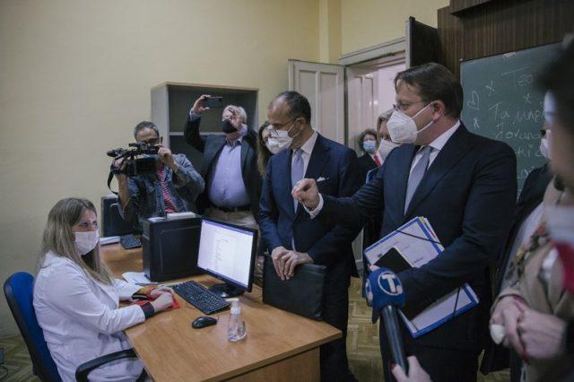歐盟專員瓦爾黑伊開始巡迴運送疫苗到巴爾乾地區